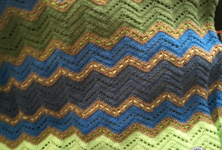 Een gehaakte zigzagdeken in blauw-groen (haakblog 4)