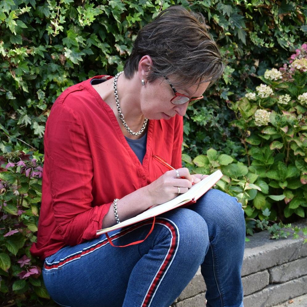 Annets Alfabet aan het schrijven