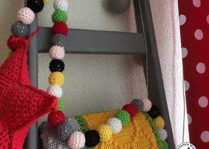 Een slinger met omgehaakte kralen (haakblog 25)