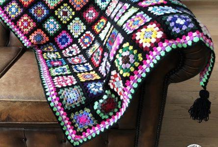 Een gehaakte granny square deken in zwart (haakblog 46)