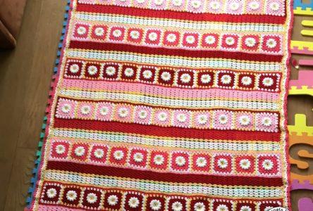 Een gehaakte deken van gebloemde granny squares (haakblog 53)