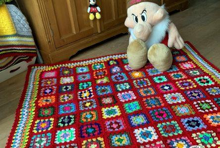 Een gehaakte granny square deken in rood (haakblog 87)