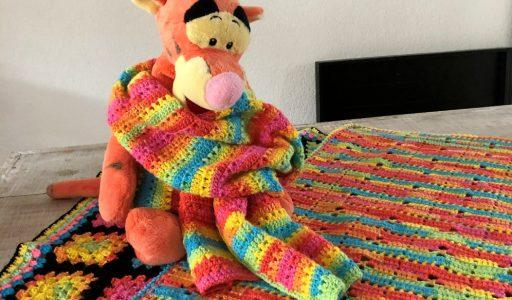 gehaakte dekens en sjaal van regenbooggaren