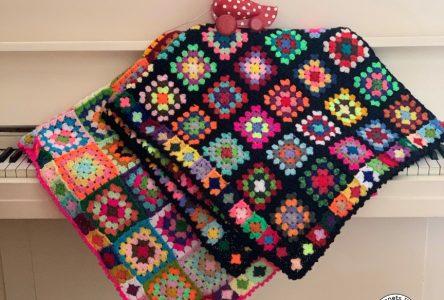 Een gehaakte granny square deken met minisquares als rand (haakblog 115)