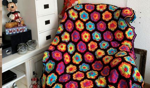 een gehaakte bloemendeken op stoel haakblog 116