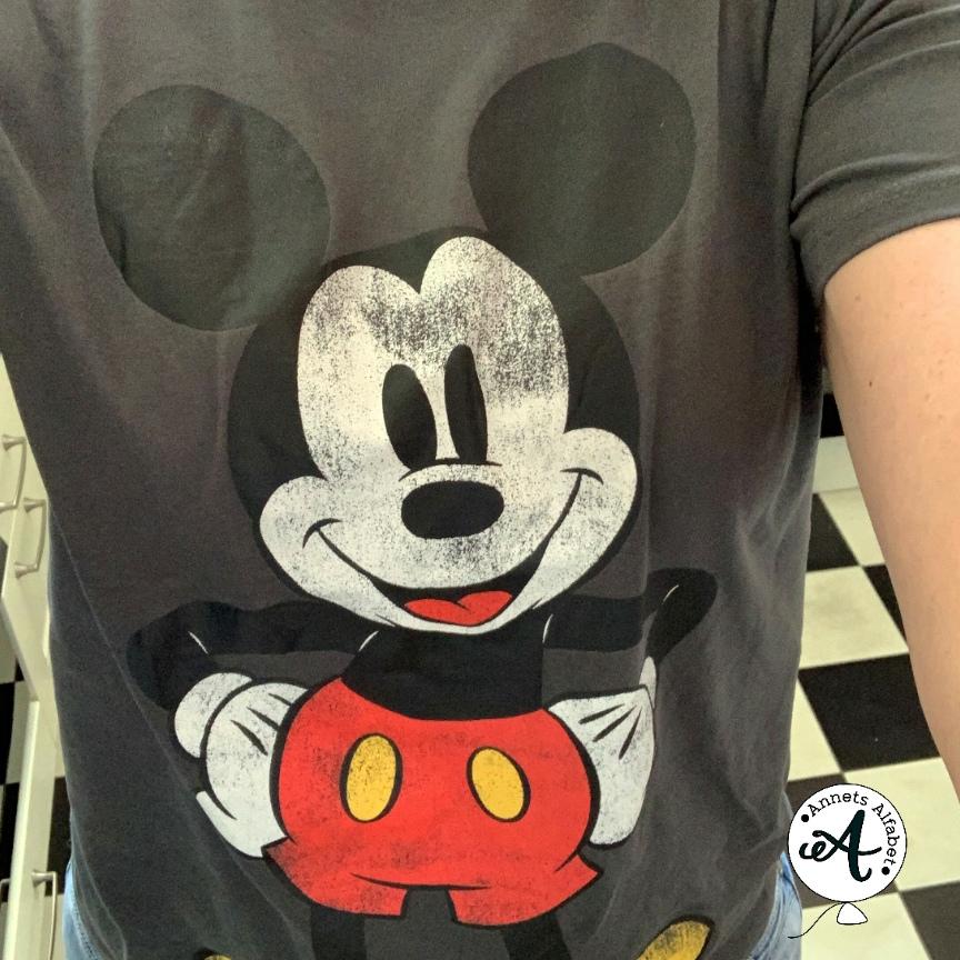 op zoek naar knipoogmomentjes shirt Mickey